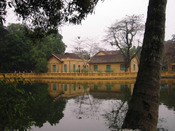Hanoi_house_reflections_in_lake_at_